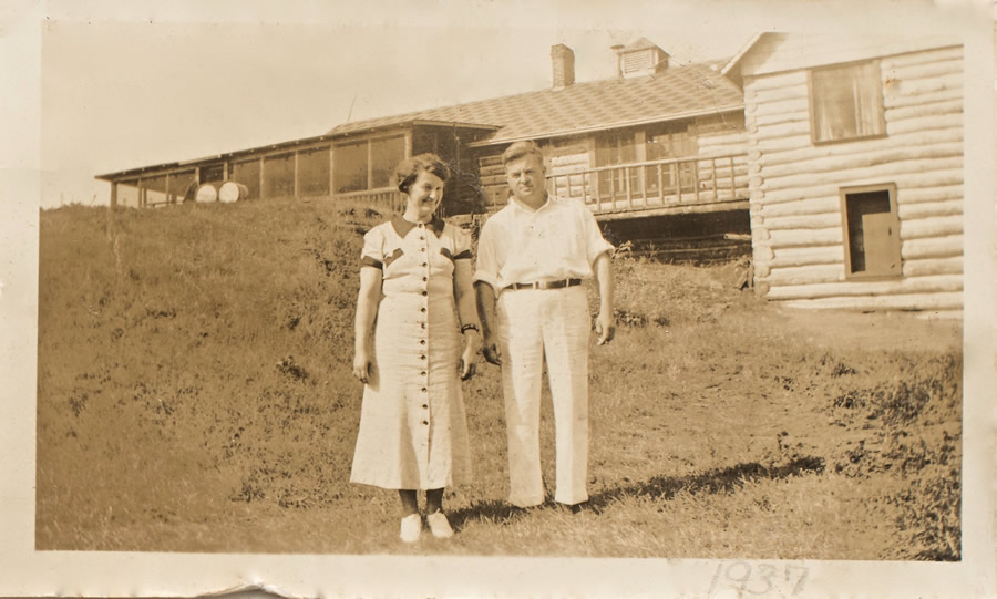 Girt and John Ahr in front of Fernleigh Lodge, 1937